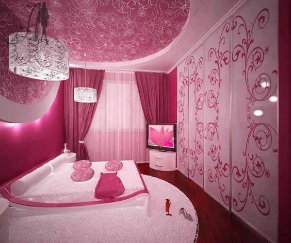Pembe-çiçeklerle-süslenmiş-dekoratif-yatak-odası-modeli