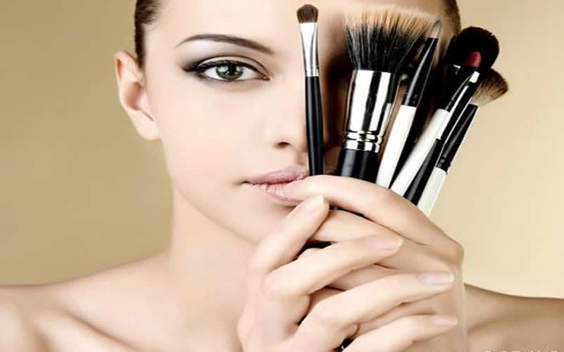 Makyaj fırçalarını temizlemek