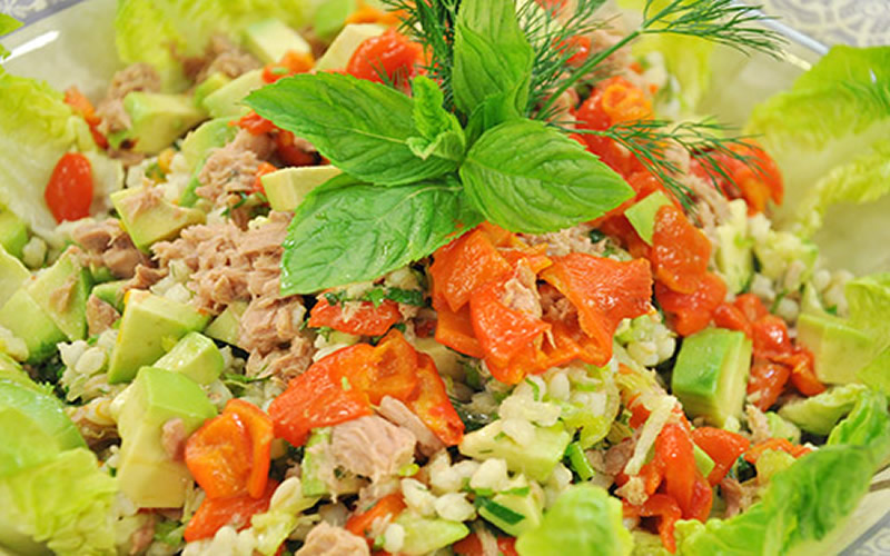 avakado soslu ton balık salatası